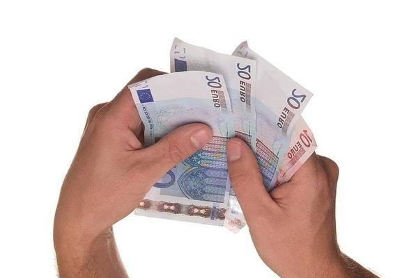 Rahaa kädessä